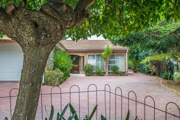 Front garden with lots of greenery to add to the tranquil atmosphere found at this  lovely Northern Paarl home.