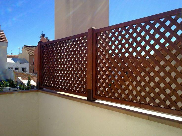 Celosias vallas jardineras bancos pergojardin for Adornos de madera para jardin