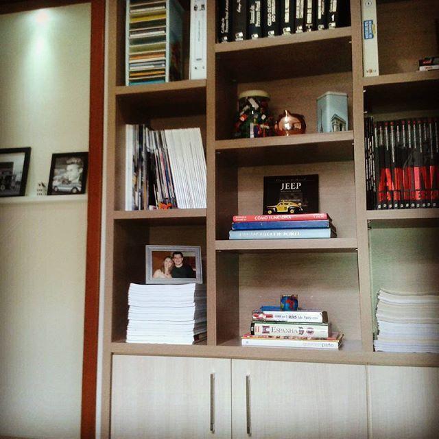 Estante de livros no home office. #aprendendoadecorar #homeoffice #homedecor #instadecor #casadeverdade #meucantopreferido #estanteparalivros #euorganizo #eudecoro #homeofficeorganizado #lardocelar #boanoite