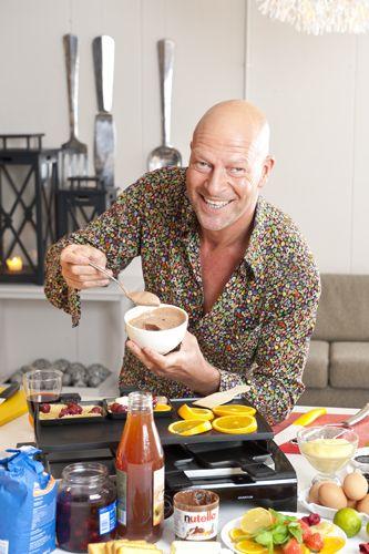 René Pluijm maakt crêpes met Nutellamousse. Een saus maken van Nutella? Nu moet René niet doorslaan. Toch doet 'ie het. En lekker dat uw kinderen het zullen vinden… Recept uit: de Coop Keukentafelgids winter 2013-14.