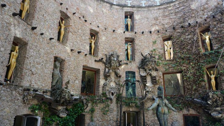 O Teatro-Museu de Salvador Dalí, localizado em Figueres, cidade onde nasceu o artista, é um espaço que foi planejado pelo próprio Dalí. Cada canto, cada espaço tem uma arte e um porquê.