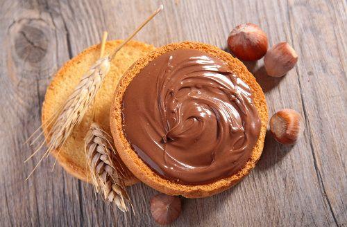 「ヌテラ(nutella)」はイタリアフェレロ社の販売するチョコとヘーゼルナッツのペーストで、トーストにつけたり、クレープのソースにしたり、おいしいのですが気になるのが、たっぷり入った「白砂糖」。自分でつくれば、栄養たっぷりの「スーパーフードヌテラ」に早変わりです。