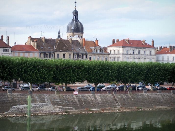 Chalon-sur-Saône: Saône river, quay, line of trees, houses and dome of the Saint-Pierre church - France-Voyage.com