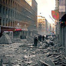 Kasarmikatu / 26.-27.2.1944 / Elokuvateatteri Savoyn edustalle pudonnut 500 kilon miinapommi tunkeutui kahden metrin syvyyteen ennen räjähtämistään. Lähitalon graniittisessa kivijalassa voi yhä nähdä poikkeuksellisen suuria sota-ajan arpia.