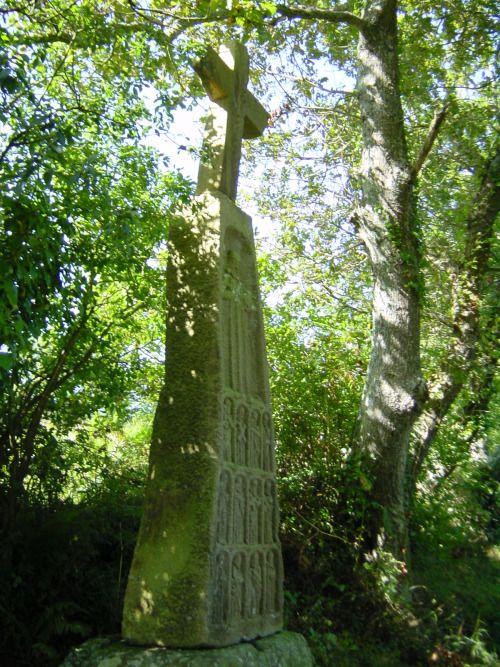 La croix des 12 Apôtres à Logonna-Daoulas (Finistère) est l'un des plus étranges et des touts premiers menhirs christianisés en Bretagne