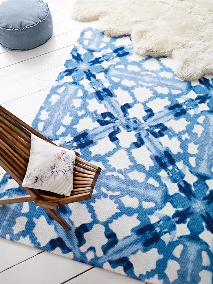 BLUE ABSTRACT aus der ESPRIT HOME Kollektion sorgt mit intensiven Blautönen, faszinierenden Aquarelleffekten und einem detaillierten Design für eine lebendige Wohlfühlatmosphäre. Hier präsentiert sich ein kleines Kunstwerk, das an den Blick durch ein Kaleidoskop erinnert. BLUE ABSTRACT ist ein absoluter Eyecatcher, der seinen einmalig modernen Charakter in jedem Raum zu entfalten weiß. #benuta #teppich #landhaus #interior #rug