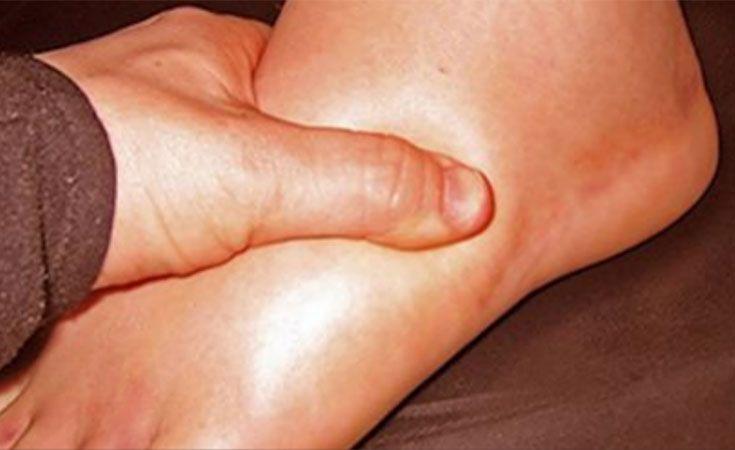 La rétention d'eau est l'accumulation de liquides dans les tissus et le système circulatoire. Elle peut entraîner un gonflement des pieds, des mains, des chevilles et des jambes. Elle est souvent présente chez les femmes durant la grossesse et la période qui précède celle-ci. La rétention d'eau peut également être la conséquence d'un manque d'activité physique dû à un mode de vie sédentaire ou à la prise de médicaments sur une longue période. Voici les 6 causes principales de la rétention…