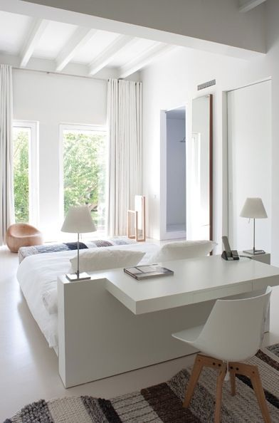 Une belle manière de structurer l'espace et de gagner de l'espace: une tête de lit et un bureau :)