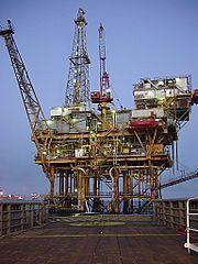 Dit is een offshore platform. Hier word aardolie opgepompt. Aan het eind van de 19e eeuw werd de eerste aardolie opgepompt.