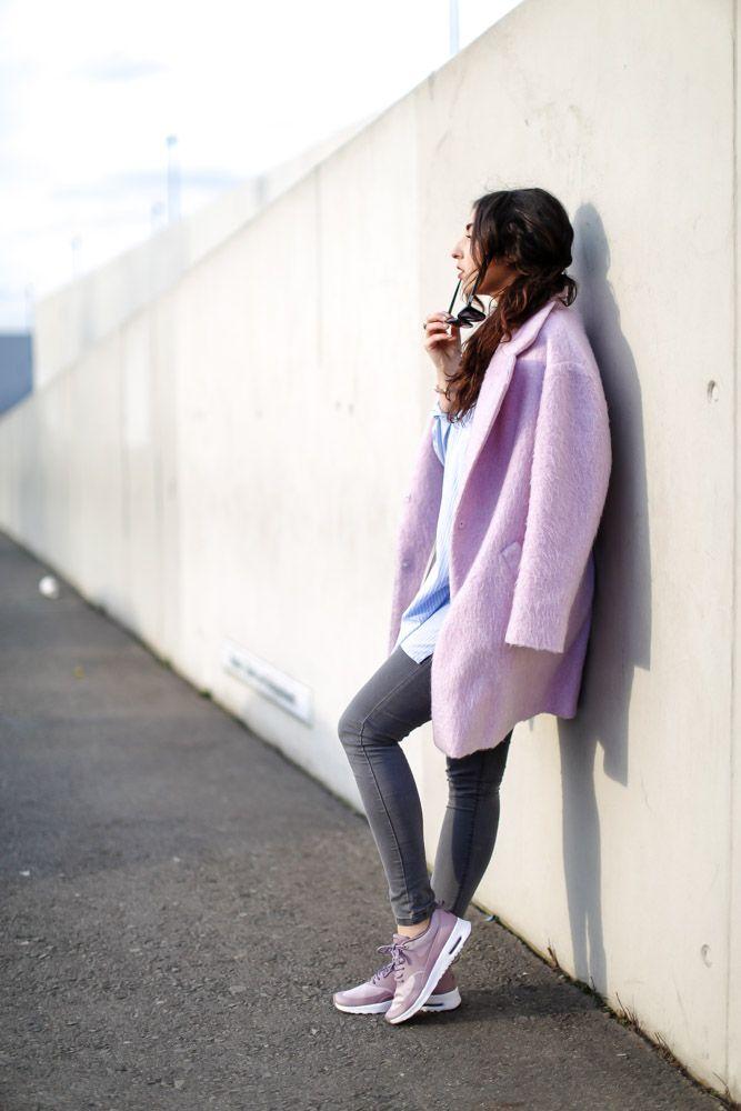 Plum Dusk Mauve Nike Air Max Thea Tamaris Bag Pink Fluffy Coat Bershka Oversize Coat Streetstyle Sporty look long blouse minimum layering samieze berlin outfit outfitblog