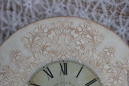 Купить или заказать Часы настенные декупаж в интернет-магазине на Ярмарке Мастеров. Винтажные настенные часы созданы украшать ваш интерьер. Часы в винтажном стиле станут отличным подарком на новоселье, юбилей или свадьбу. Часы выполнены в технике декупаж, с рельефным узором по кругу, в работе использовались только качественные, безопасные материалы.