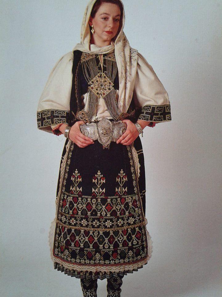 Φορεσιά Σαρακατσάνας από την Αττική. Ημερολόγιο 1991. Αθήνα, συλλογή Λυκείου των…