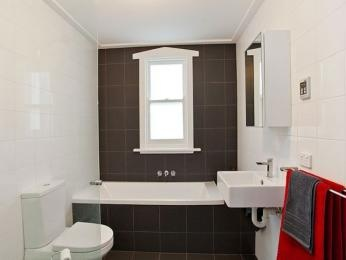 Classic bathroom design with recessed bath using ceramic - Bathroom Photo 524001