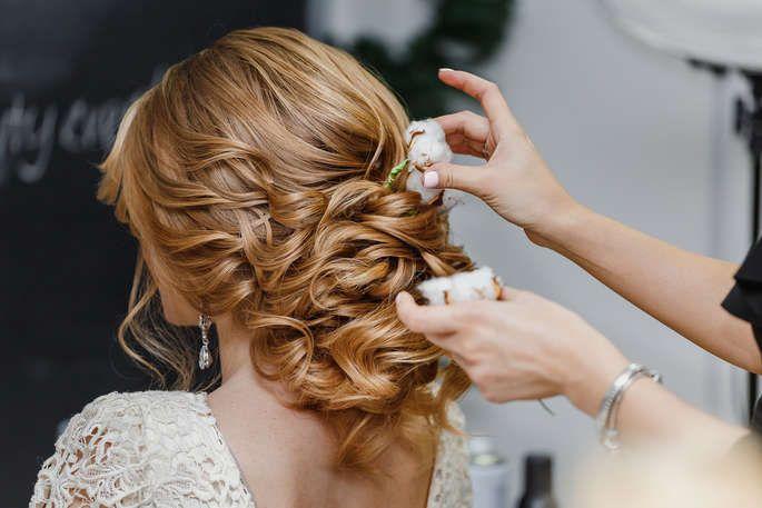 Die Besten Hochzeitsfriseure In Und Um Zurich Diese Profis Zaubern Wundervolle Styles Haar Styling Hochzeitsfriseur Frauen Frisuren