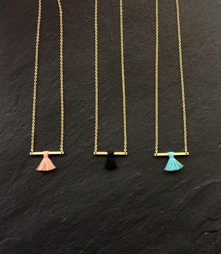 Collier Pompon sur Barre - Minimaliste - Collier à Superposer - Couleurs Bleu, Noir , Rose Pale : Collier par les-bijoux-de-pomponette