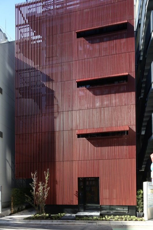 Wood was selected as the material for the lattice to impart warmth, and coated with traditional Japanese red-ochre paint, a natural material used for a long time as a preservative.