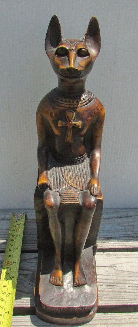 """Винтаж египетская богиня  головой кошки и телом человека скульптура Имеет некоторые легкие царапины, сколы.  Смола. Сделано в Египте Размер: 12 1/2 """"высотой 7"""" х 3 1/2 """" база."""