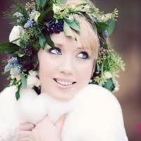 Prachtig, zo'n bloemenkrans in je haar! Winter bruiloft inspiratie #TrouwPartners