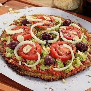Ama pizza? Mas quer ser fitness?  Então vá no blog que tem receita mega fitness de pizza com massa de couve-flor!!! Link na bio!  #receitasfitness #pizza #thaistenorioblog