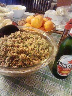 ラワール    インドネシア、バリ島の家庭で作る伝統的な料理です。日本で手に入る食材で。フライパン1つでできます! Alpkat    材料 (約4人分) 豚ひき肉 250グラム いんげん 2袋 ココナツフレーク(細かいタイプ) 100グラム フライドオニオン 50グラム にんにく 3かけ しょうが 4センチくらい レモングラス(生。なければ乾燥をお湯でお戻して) 1本 生唐辛子 5・6本(辛さで量を調節) こぶみかんの葉(できれば生のもの。なければ乾燥) 6・7枚 ★クミン 小さじ1 ★コリアンダー 小さじ1 ★シナモン 小さじ1 ★クローブ 小さじ1 ★塩 小さじ3 ★黒こしょう(あらびき) 大さじ1 ★テラシ(発酵エビ味噌。なければ省略) 小さじ2 ★ナツメグ 小さじ1 ケチャップマニス(なければ砂糖) 少々 サンバル(市販の。あれば) 少々(辛さで量を調節) 作り方 1   にんにくとしょうが、唐辛子をみじん切りにする。 2   レモングラスもみじん切り。乾燥の場合は、お湯で十分に戻してから。 3…