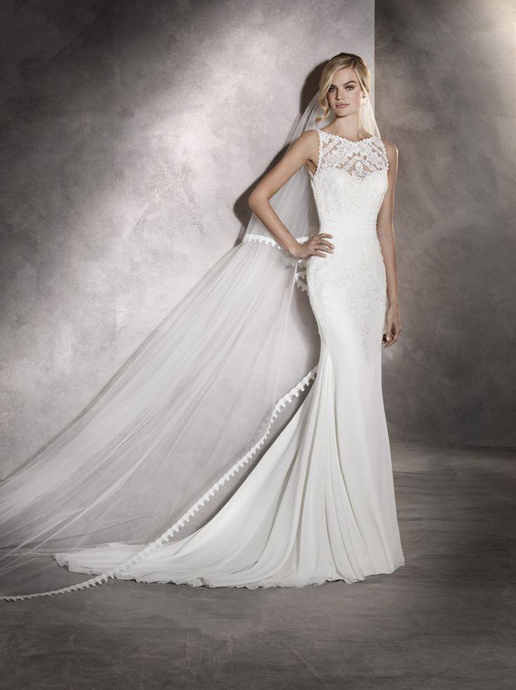 ARLET 2017 PRONOVIAS Detaliile geometrice și florale sunt elementele cheie ale acestei rochii de mireasă din voal și tul, cu aplicație din guipur de la decolteul bărcuță până la șolduri. O rochie de mireasă stil sirenă cu spatele decoltat ce conferă o distincție acestui model romantic clasic. http://www.pronovias.com/store-finder