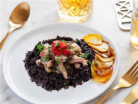 Fredriks kasslergryta av rapsgris med svart ris och rostade gulbetor.  Recept: Fredrik Jonsson  Foto: Susanna Livijn Wexell