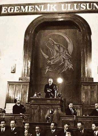 Turk kulturu ve tarihinde bozkurt, .Bozkurt'un, Türk destanlarındaki, dolayısıyla Türk Ulusu'nun inanışlarındaki rolü üç biçimdedir: - Ata olarak Bozkurt - Kılavuz olarak Bozkurt - Kurtarıcı olarak Bozkurt Bozkurt'tan türemiş olmak inancı Türkler'e uzun zaman boyunca büyük bir gurur, güven ve geleceğe güvenle bakma duygusu vermiştir. Kimi Türk destanlarında ana; kimi Türk destanlarında baba olarak görülen Bozkurt, çoğu kez Türk soyunun yok olacağı zaman ortaya çıkmakta ve Türkler'in soyunun…