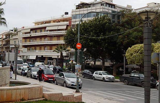 Πετάει το «μπαλάκι» στον εργολάβο ο Δήμος για το πεσμένο δέντρο στην πλ. Κορνάρου