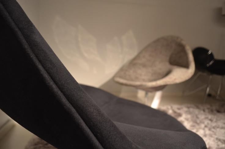 Detalhe da gôndola preta e outra gôndola ao fundo.
