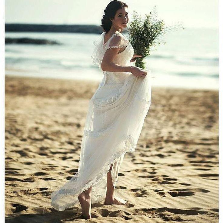 n 2017 querrás casarte en la playa. 💐🌊 [Maravillosa 📷 de @paslavska_photo] #lavetis #lavetisnovias #vestidodenovia #weddingdress #atelier #shooting #barcelona #noviasdiferentes #editorial #bohochic #boda #handmade #novias2017 #catalunya #bohobride #playa #weddingbeach #hautecouture #vintage #blue #monday #lunes