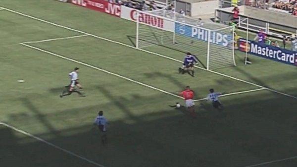 Holender sprytnie oszukał obrońcę i strzelił nie do obrony • Piękny gol Dennisa Bergkampa podczas World Cup 1998 • Wejdź i zobacz >> #bergkamp #football #soccer #sports #pilkanozna #goals