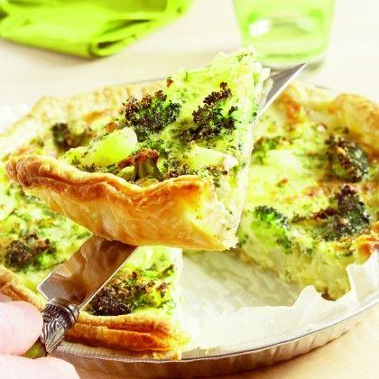 Vul de bakvorm met de ui, de broccoli en de asperges. Verdeel hierover de kaas. Roer de eieren los met slagroom, melk, peterselie, peper en zout. Schenk het eimengsel over de groenten in de vorm. Bak de taart in het midden van de oven in 35-40 minuten goudbruin en gaar.