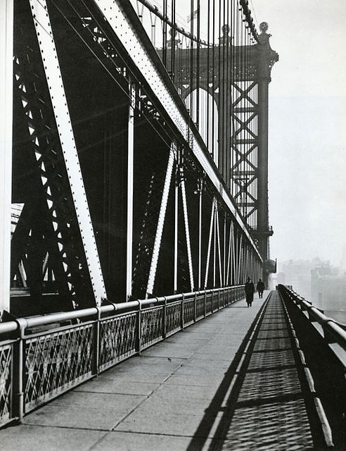 Berenice Abbott, Puente de Manhattan 11 de noviembre de 1936. Abbot documentó puentes y todo tipo de arquitecturas en Nueva York durante años. Posteriormente se realizó un proyecto de re-fotografía sobre este trabajo @67jul67