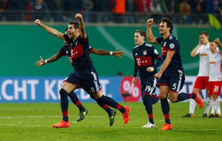 München hat im Elfmeterschießen Leipzig besiegt. Zuvor konnte der FCBayern seine Überzahl nur zum Ausgleich nutzen. Werder gewann überraschend gegen Hoffenheim und Freiburg drehte seine Partie gegen Dresden.