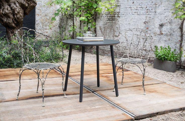 Oud en nieuw - Ronde bijzettafel aluminium  en oude smeedijzeren stoelen - Old meets new - Aluminium side table - All-weather coating - Old cast iron chairs - #WoonTheater