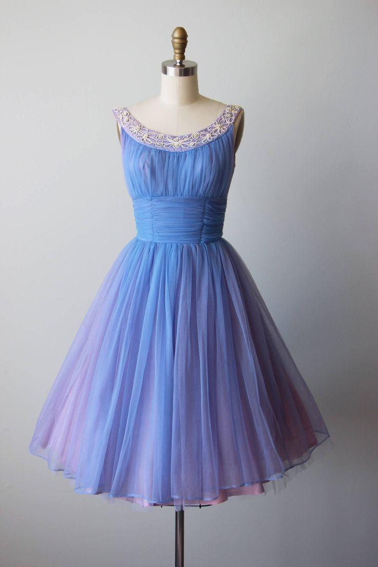 ♛The Details  Etherische ca. jaren 1950 partij jurk van een hortensia blauw chiffon zwevend over een lavendel acetaat voering dat via voor een hauntingly mooie effect gluurt. Parels en ivoor vlecht bloemen-vormige siert de hals. De achterste treinen zijn bekroond met de bloemen van het modevak voor een onvergetelijke indruk.  •Classic new Look silhouet •Bust plank naadloos verlijmen •nipped taille •volledig, triple-gelaagde rok heeft een overeenkomende laag van tulle petticoat voor volheid…