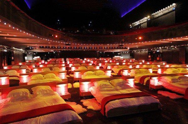 In questi mesi si è parlato di andare al cinema e vedere le proiezioni dei film distesi completamente a letto. Sebbene si trattasse di un lusso che solo gli stranieri potevano concedersi, sbarca co…