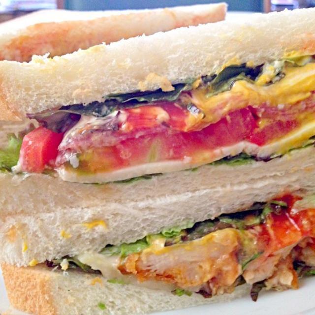 8枚切りのパンが早く食べて~と叫んでいたので、冷凍してあったパストラミとから揚げでサンドイッチ❤チーズもはさんで❤ウマッ❤ - 64件のもぐもぐ - サンドイッチで朝食 by kazu347