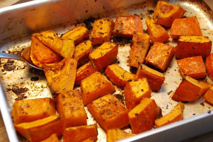 Hokkaido græskar er både smukt og velsmagende tilbehør til mange kødretter. Græskarrene er sunde, og så er de meget nemme at bage i ovnen. Hokkaido græskar - lidt fakta: Hokkaido dyrkes i stor stil i Danmark, så nogle