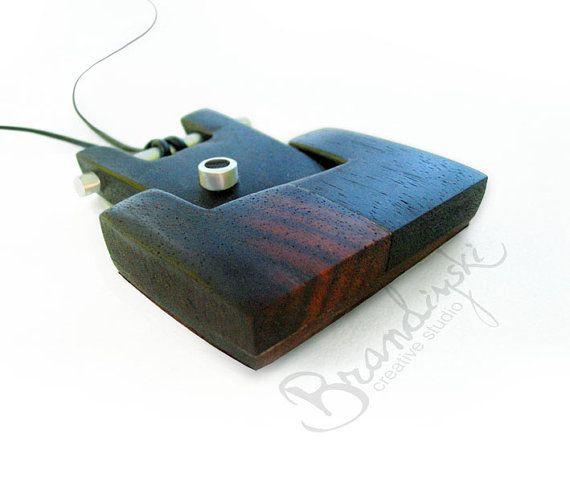 Original Holz Schmuck / handgefertigte Holz / aus 2 verschiedenen exotischen Hölzern. Schwarzem Ebenholz und Rosenholz. Mit Aluminium Akzent und 2mm Natur Lederband. Mit natürlichen Leder auf der Rückseite. Einzigartiges Design. Imprägnieren Sie mit Teak-Öl und Bienenwachs, die Farbe und die Weichheit des Holzes zu speichern. Gemacht um ästhetische Freude und Sinn für etwas zu bringen, einzigartig und unwiederholbar. Perfekt für einen eleganten Abend, Abendessen und tanzen oder soga...