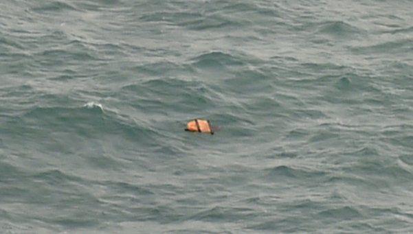 Hallaron 40 víctimas y restos del avión de AirAsia desaparecido