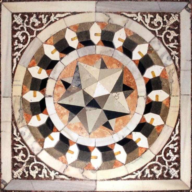 Il pannello a tarsia marmorea con dodecaedro stellato attribuito a Paolo Uccello (1397-1475) - pavimento della navata settentrionale, Basilica di San Marco, Venezia