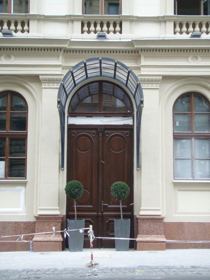 Budapest, Fő utca LÁNCHÍD PALOTA bejárati kapu, az eredeti szerint újragyártva egyedi vasalatokkal  Budapest, Fő street LÁNCHÍD PALACE,entrance door,manifacture by the aboriginal