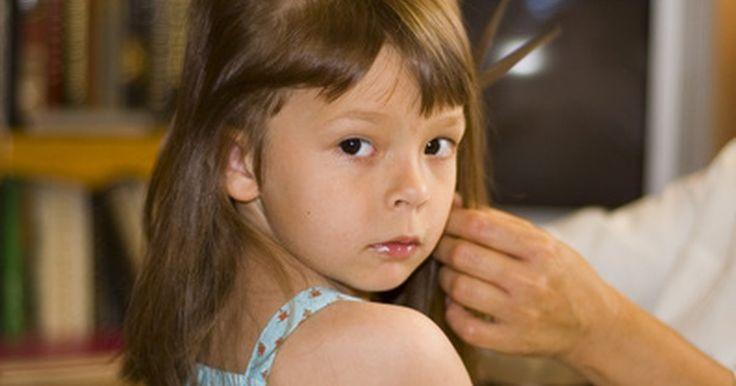 Cortes de cabelo para meninas pequenas. Escolher um corte de cabelo para sua filha depende do tipo de cabelo dela. Cabelos grossos e crespos podem ser estilizados de maneira descolada, mas podem ser muito mais difíceis de arrumar do que os cabelos lisos. Encontre um estilo que combine com as necessidades da sua filha e que realce o lindo rostinho dela.