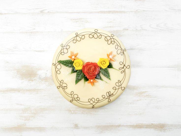 Marsipankake med vaniljekrem, bringebær og marsipanlokk - Marzipan Cake - Sponge cake with vanilla pastry cream and raspberries, decorated with marzipan