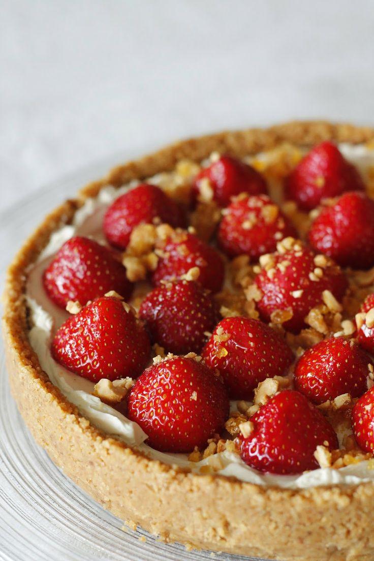 Peanøtt- og jordbærostekake med peanøttknekk / Peanut and strawberry cheesecake with peanut crunch