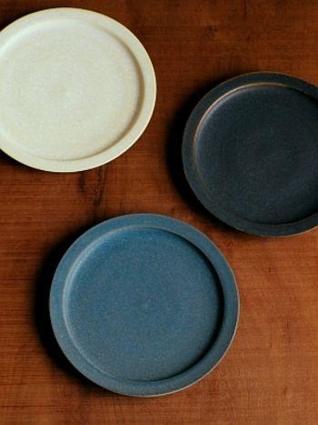 場所によって、色合いが異なり、味わい深さのある福岡彩子のリム皿。 縁の太さも絶妙です。