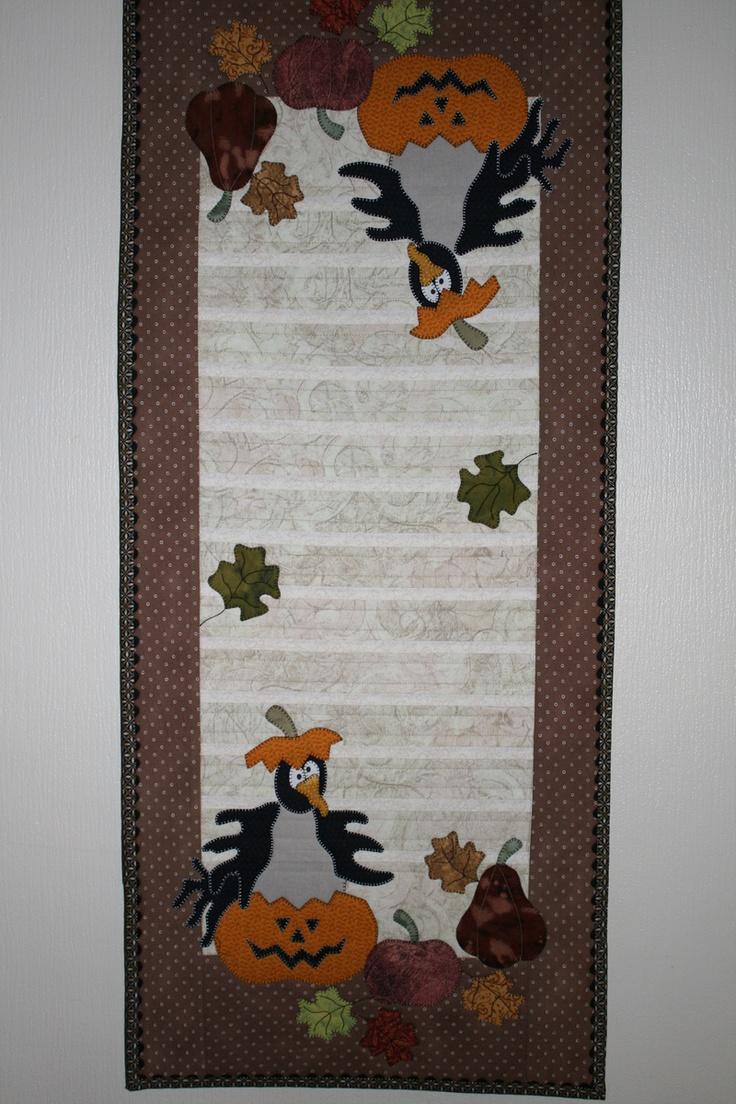 Løper til Halloween eller høsten. Fine brun/rustfarger.    Måler 43 x 103 cm.