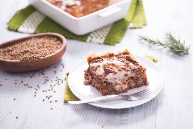 Le lasagne vegane sono un primo piatto perfetto per la domenica; preparato con una sfoglia senza uova e con un ragù a base di lenticchie!