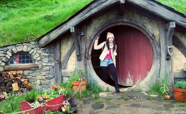 Akhir tahun ini, film sekuel The Hobbit akan dirilis. Mari rencanakan perjalananan Anda ke Hobbiton Movie Set, lokasi syuting film Lord of The Rings dan The Hobbit! Cek promo paket perjalanannya 5 Hari 4 malam $788/orang di fan page kami: Luxury NZ  Foto: kiriman dari Julia Lim, pemenang #LuxuryNZ Trip, di #Hobbiton #NewZealand